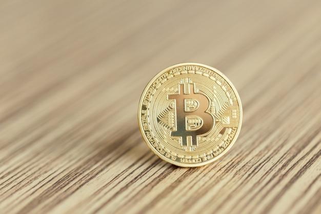 Goldene bitcoins auf einem hölzernen