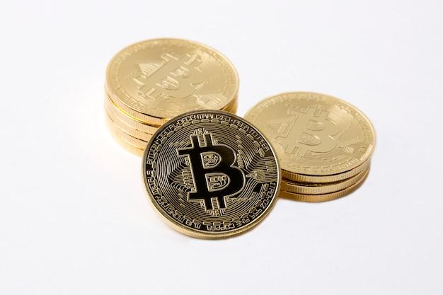 Goldene bitcoins auf einem weißen hintergrund