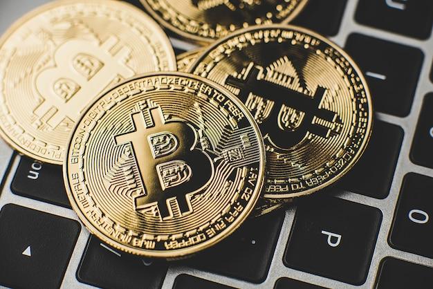 Goldene bitcoins auf laptop-tastatur