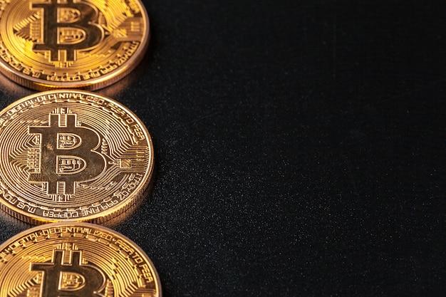 Goldene bitcoins auf schwarzem