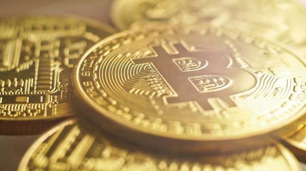 Goldene bitcoins mit makro-ansicht