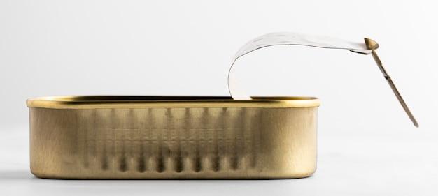 Goldene blechdose der vorderansicht auf küchentheke