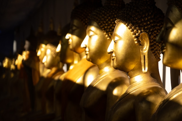 Goldene buddha-statue angesichts der sonne an wat pra sri mahathat-tempel