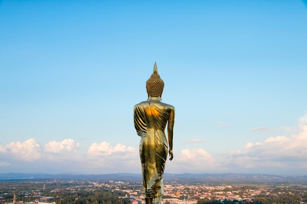 Goldene buddha-statue, die bei wat phra that khao noi, nan province, thailand steht