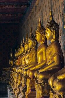 Goldene buddha-statue im thailändischen tempel