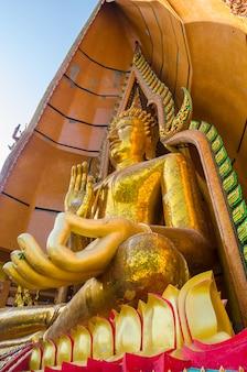 Goldene buddha-statue in wathumsua