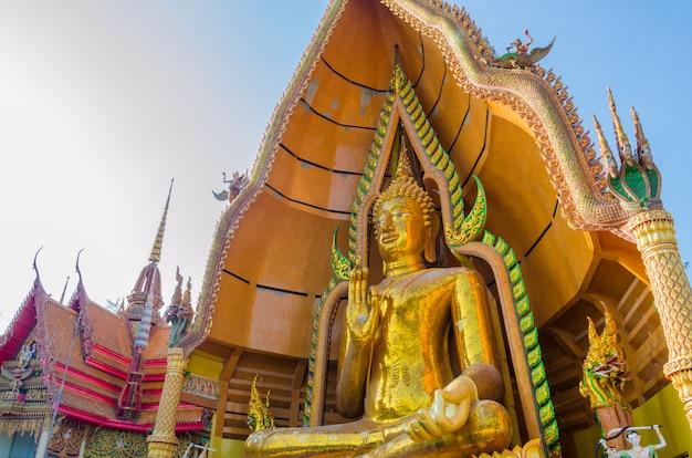 Goldene buddha-statue mit kirche in wathumsua