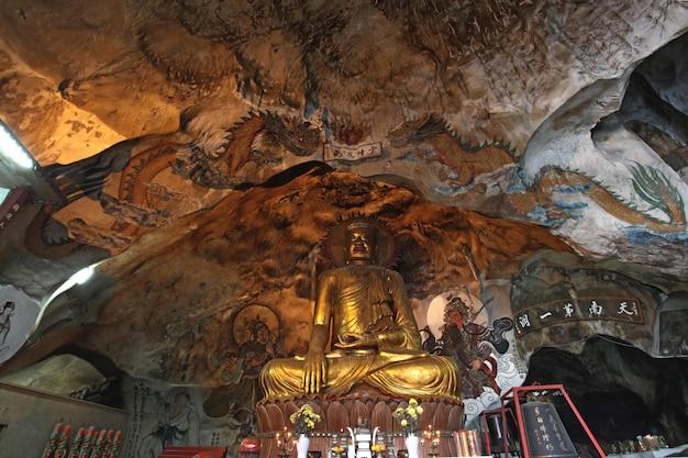 Goldene buddha-statue
