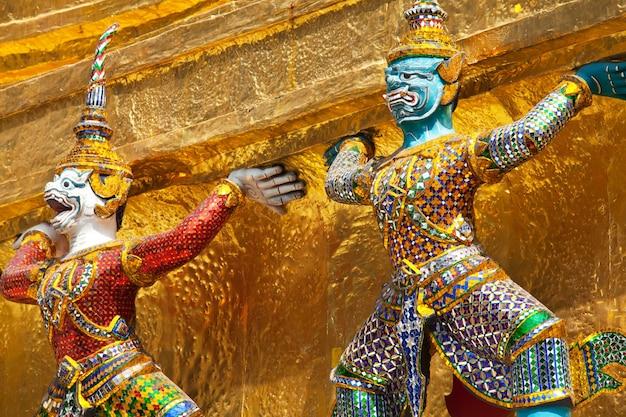 Goldene buddhistische statue in bangkok, thailand? Premium Fotos