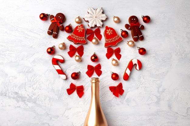 Goldene champagnerflasche mit weihnachtslebkuchen