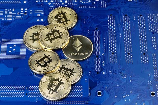 Goldene cryptocurrency-münzen auf computerleiterplatte