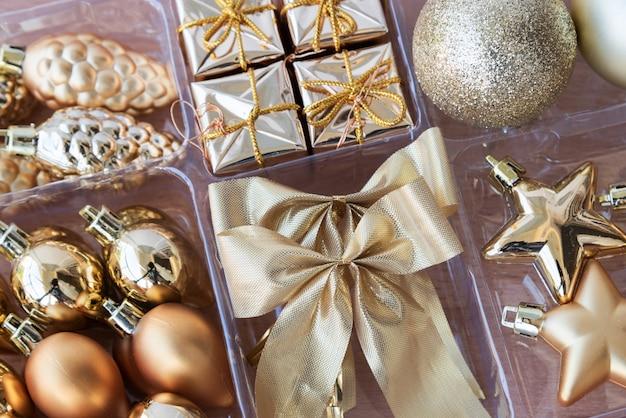 Goldene dekoration für weihnachten gesetzt