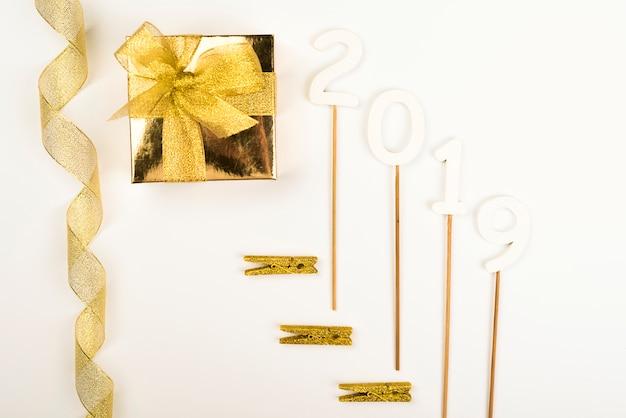Goldene dekorationen des neuen jahres 2019, die in der zusammensetzung liegen