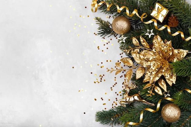 Goldene dekorationen des weihnachten oder des neuen jahres