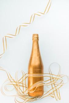Goldene dekorative flasche mit band herum