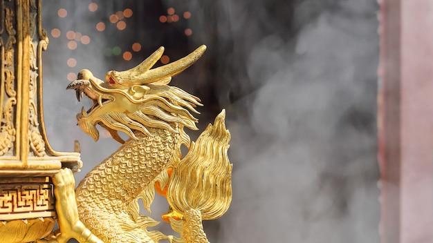 Goldene drachenskulptur im schrein