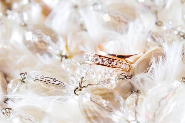 Goldene eheringe mit diamanten. hochzeitsschmuck details.