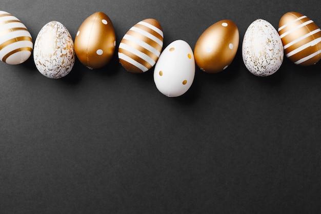 Goldene eier auf schwarzem hintergrund