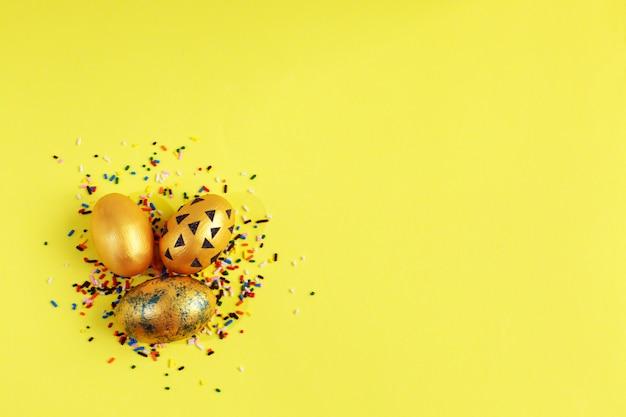 Goldene eier mit bunter süßigkeit besprüht