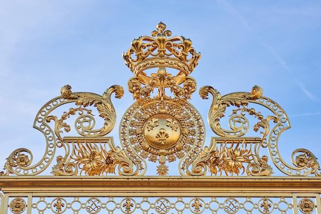 Goldene eingangstore des palastes von versailles