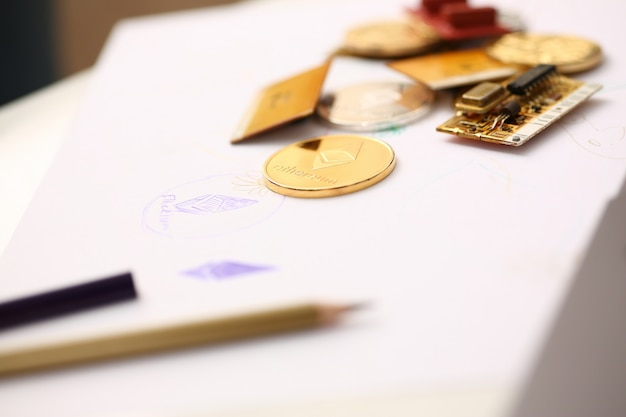 Goldene ethereum-münze, die bei tischnahaufnahme liegt