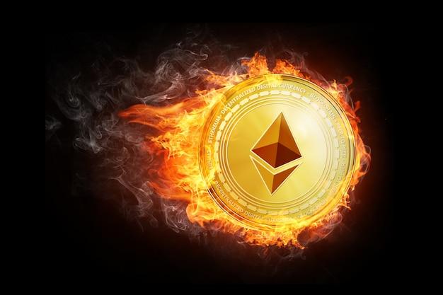 Goldene ethereum-münze, die in der feuerflamme fliegt.