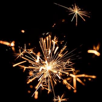 Goldene feuerwerkslichter des niedrigen winkels auf himmel