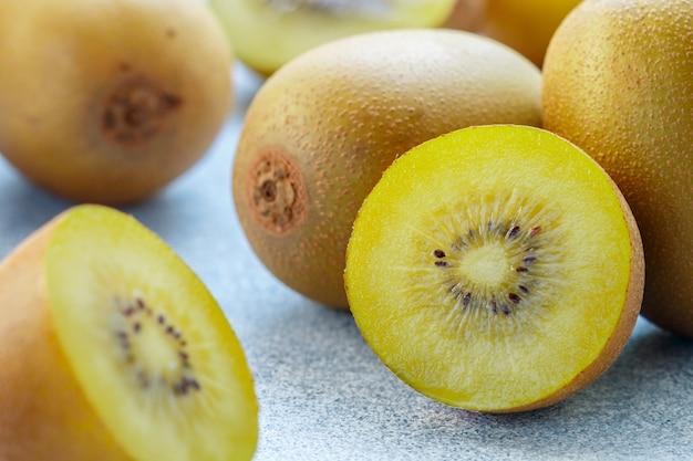Goldene (gelbe) bio-kiwi