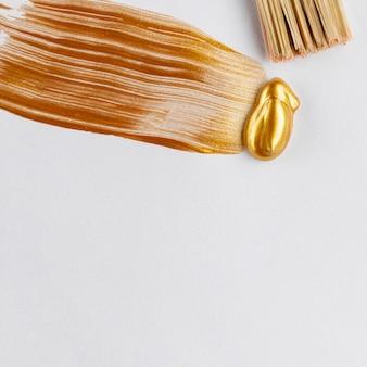Goldene glitzernde farbe mit pinsel