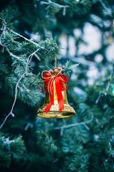 Goldene glocke am weihnachtsbaum.