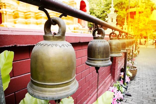 Goldene glocke im buddhistischen tempel.
