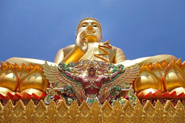 Goldene große buddha-statue