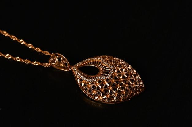 Goldene halskette mit isoliert auf schwarz
