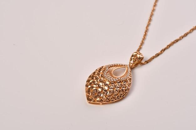 Goldene halskette mit isoliert auf weiß