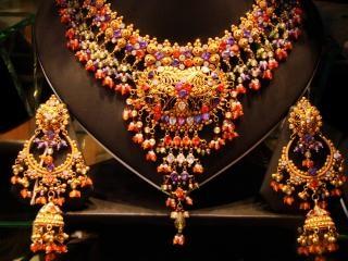 Goldene halskette mit steinen
