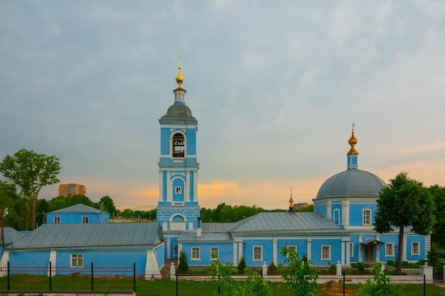 Goldene hauben mit kreuzen eines christlichen glaubens des orthodoxen tempels.
