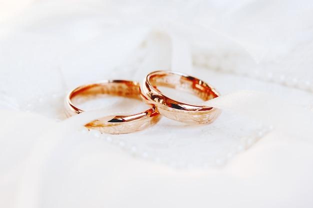 Goldene hochzeit ringe. hochzeitsdetails. symbol für liebe und ehe.