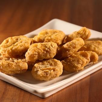 Goldene hühnernuggets auf teller