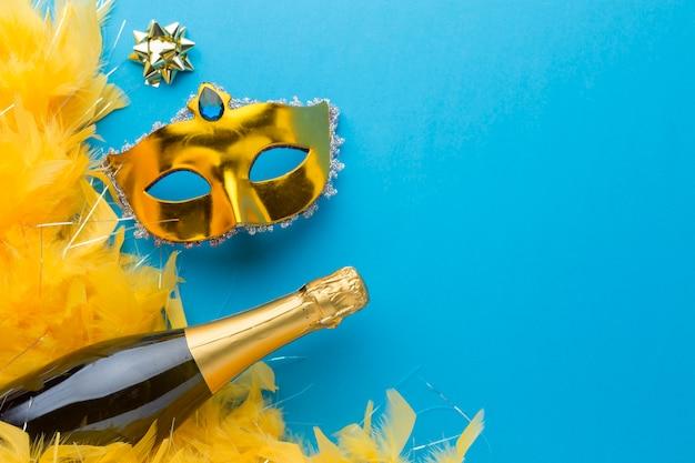 Goldene karnevalsmaske mit kopienraum