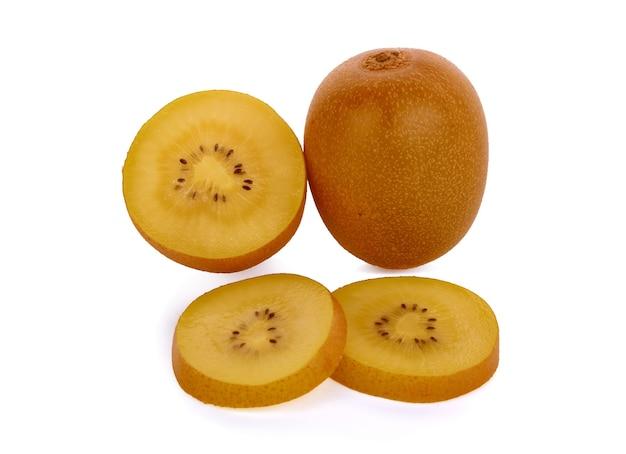 Goldene kiwifrucht lokalisiert auf weißem hintergrund