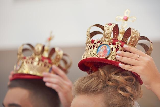 Goldene kronen für die hochzeitszeremonie in der orthodoxen kirche