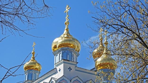 Goldene kuppeln der kirche gegen den blauen himmel