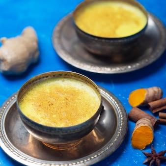 Goldene kurkuma-milch mit zutaten