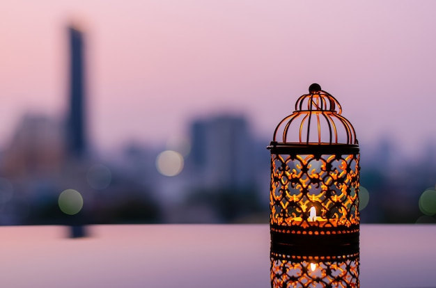 Goldene laternen mit morgenhimmel und stadt-bokeh-licht für ramadan kareem.