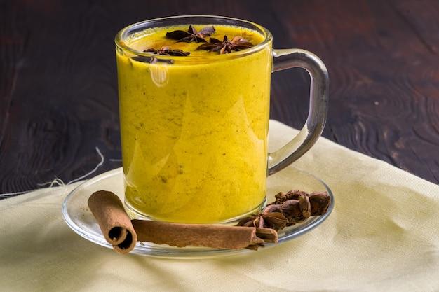 Goldene latte milch aus kurkuma und gewürzen.
