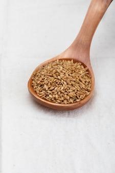 Goldene leinsamen. mikronährstoff für den organismus, der krankheiten vorbeugt und heilt.