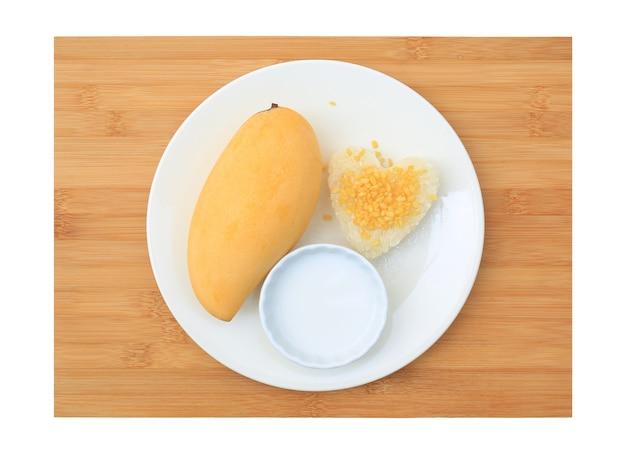 Goldene mango und klebreis serviert mit kokoscreme