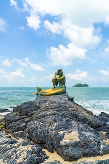 Goldene meerjungfrauenstatuen am strand von samila. wahrzeichen von songkla in thailand.
