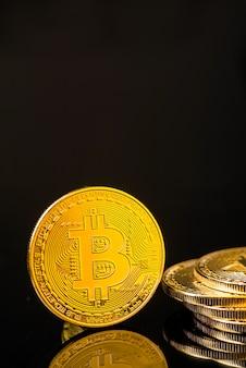 Goldene metall-bitcoin-münze. bitcoin-kryptowährungskonzept