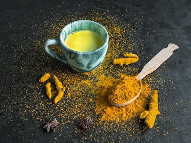 Goldene milch, hergestellt mit kurkuma. ein mittel gegen viren und viele krankheiten